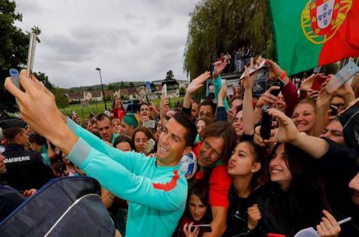 Quand Ronaldo prend des selfies avec ses fans