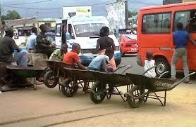 La brouette, un gagne-pain pour des adolescents de Yopougon à Abidjan