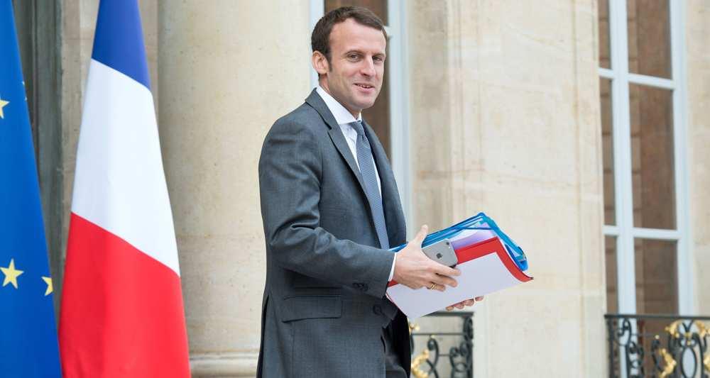 Macron quitte le gouvernement, Sapin reprend son ministère