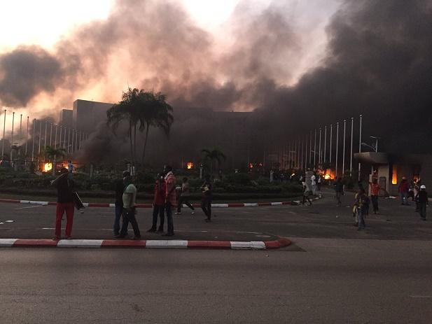 DIRECT Gabon: L'Assemblée nationale incendiée à Libreville par des manifestants