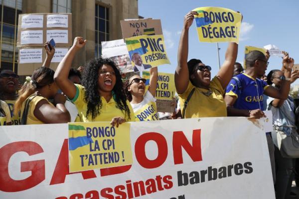A Paris, des centaines de Gabonais réclament le départ d'Ali Bongo