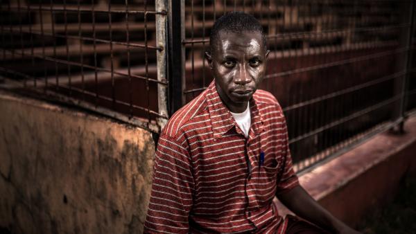 Mamadou Saliou Diallo, à la sortie du stade où il a été presque piétiné à mort lors du massacre du 28 septembre. « J'étais dans les tribunes quand ils ont commencé à tirer. Médecins sans frontières m'a emmené à la morgue, pensant que j'étais mort. » FIDH/Tommy Trenchard