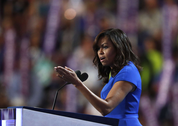 """Michelle Obama : Donald Trump a un """"comportement de prédateur sexuel"""""""