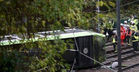 Un tram déraille près de Londres, au moins un mort et 50 blessés