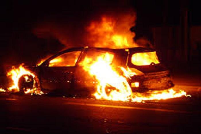 Route de Ouakam : une voiture prend feu et bouche la circulation