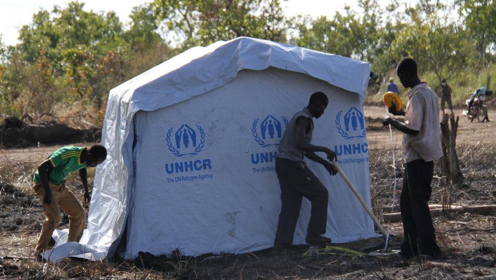 bConflit au Soudan du Sud: des milliers d'enfants trouvent refuge en Ouganda