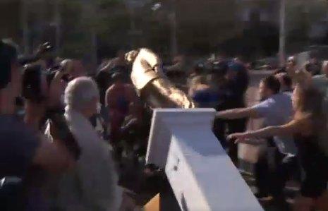 À peine érigée, la statue dorée de Benjamin Netanyahou détruite par la foule à Tel-Aviv