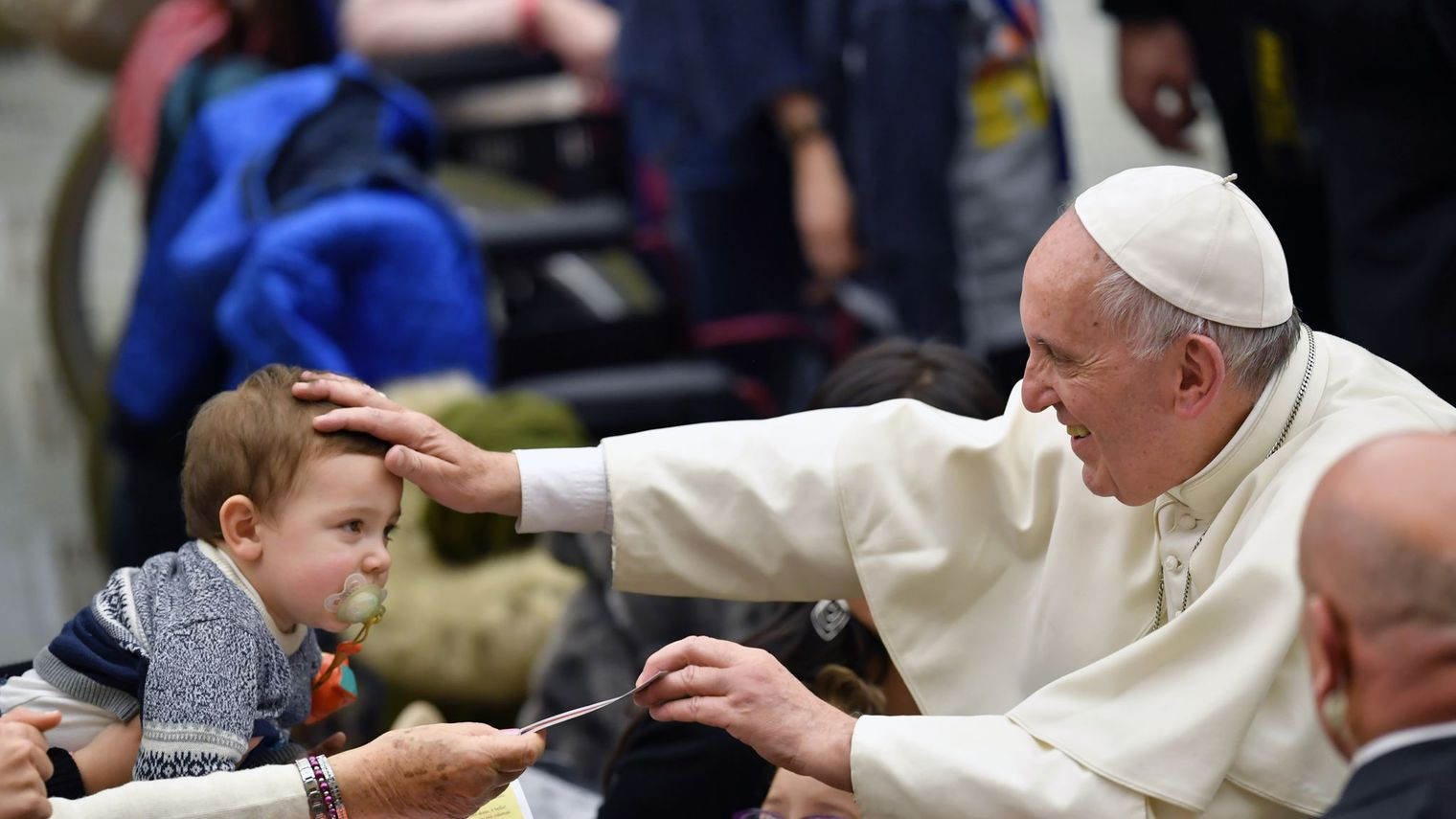 """Le pape """"réformateur"""" François, adulé et attaqué, fête ses 80 ans"""