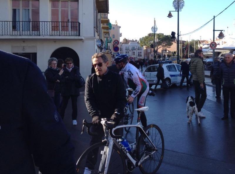 Saint-Tropez: Nicolas Sarkozy, en sens interdit à vélo, stoppé par un policier
