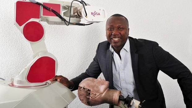 Tech : Un Béninois crée le 1er robot capable d'assister un chirurgien du cerveau !