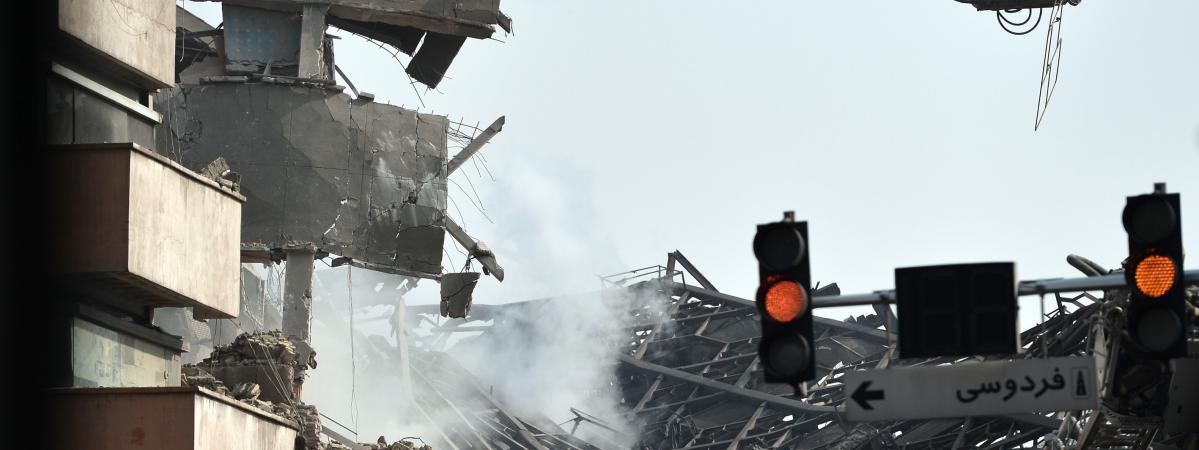 Iran : des dizaines de pompiers piégés sous les décombres après l'effondrement d'un immeuble à Téhéran