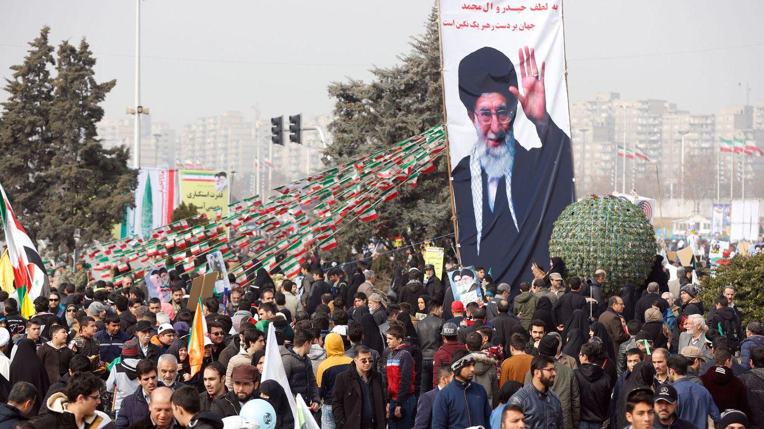 """L'Iran fête sa révolution et dénonce les """"menaces"""" de Trump"""