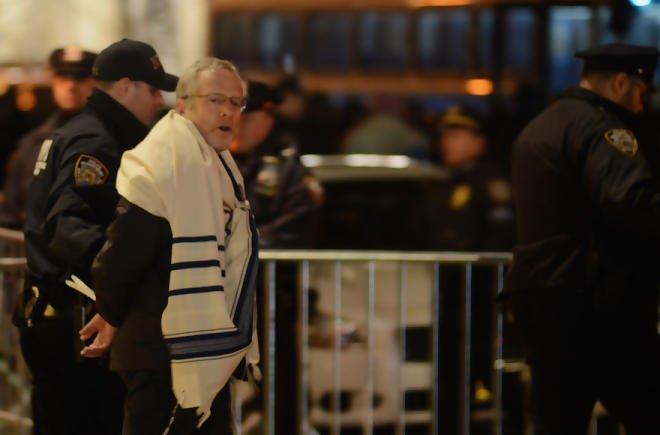 États-Unis : 18 rabbins arrêtés lors d'une manifestation anti-Trump