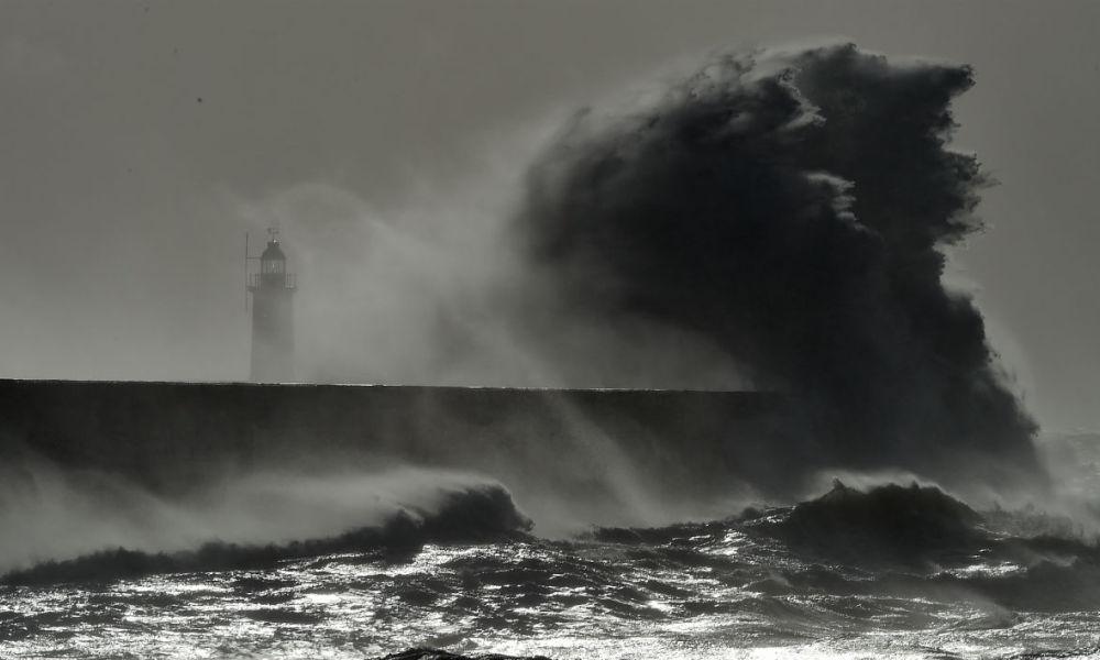 Une violente tempête au Royaume-Uni provoque la mort d'une femme