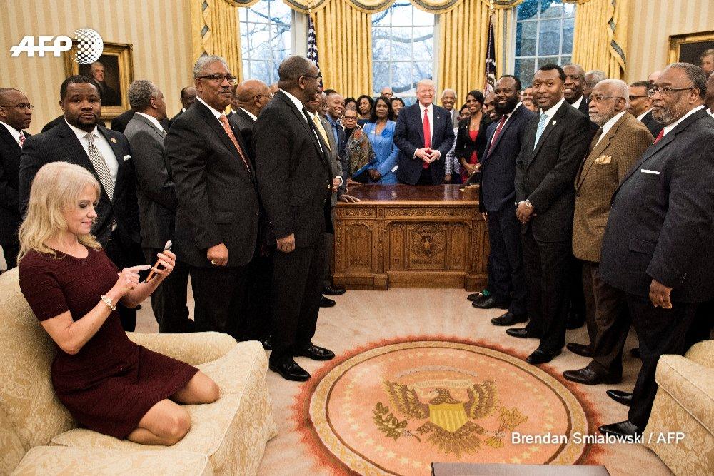 Tollé après une photo montrant la conseillère de Trump agenouillée sur un sofa dans le bureau ovale