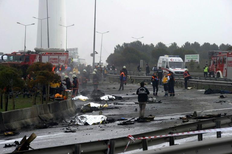 Istanbul: un hélicoptère s'écrase, 5 morts dont des Russes Au moins cinq personnes sont mortes lorsqu'un hélicoptère s'est écrasé vendredi à Istanbul avec sept passagers à bord, dont quatre Russes, ont rapporté les médias turcs, ajoutant que l'accide
