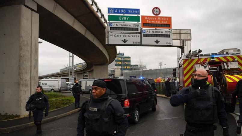 EN DIRECT - Aéroport d'Orly : 3000 personnes évacuées : un homme abattu, le trafic interrompu, les vols déroutés,