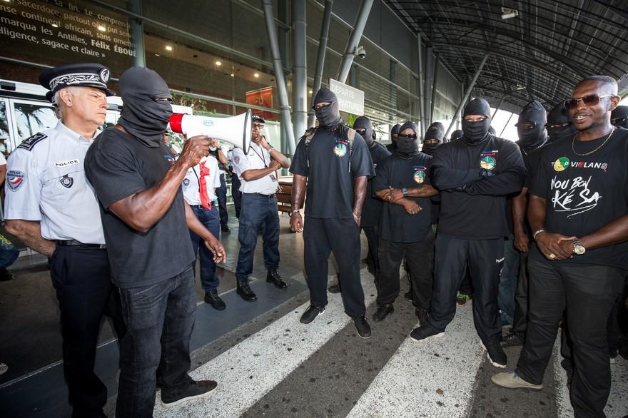 """Guyane: un policier """"sérieusement blessé"""" en marge d'une manifestation à Cayenne"""