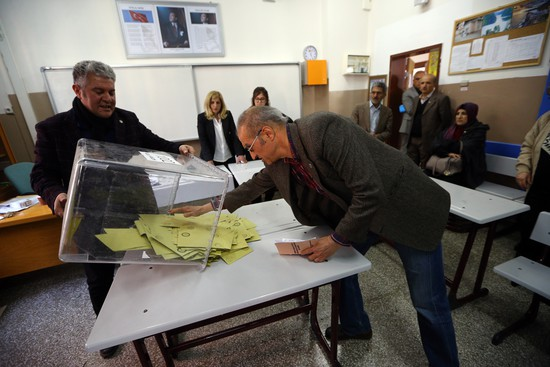 Référendum en Turquie : résultats serrés, le oui l'emporterait