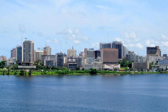 Présidentielle: les Français d'Abidjan, de Dakar et de Libreville votent aussi