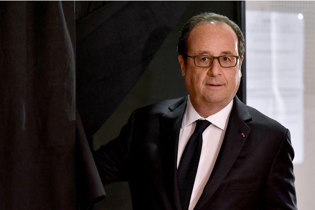 """Hollande a appelé Macron """"pour le féliciter"""""""