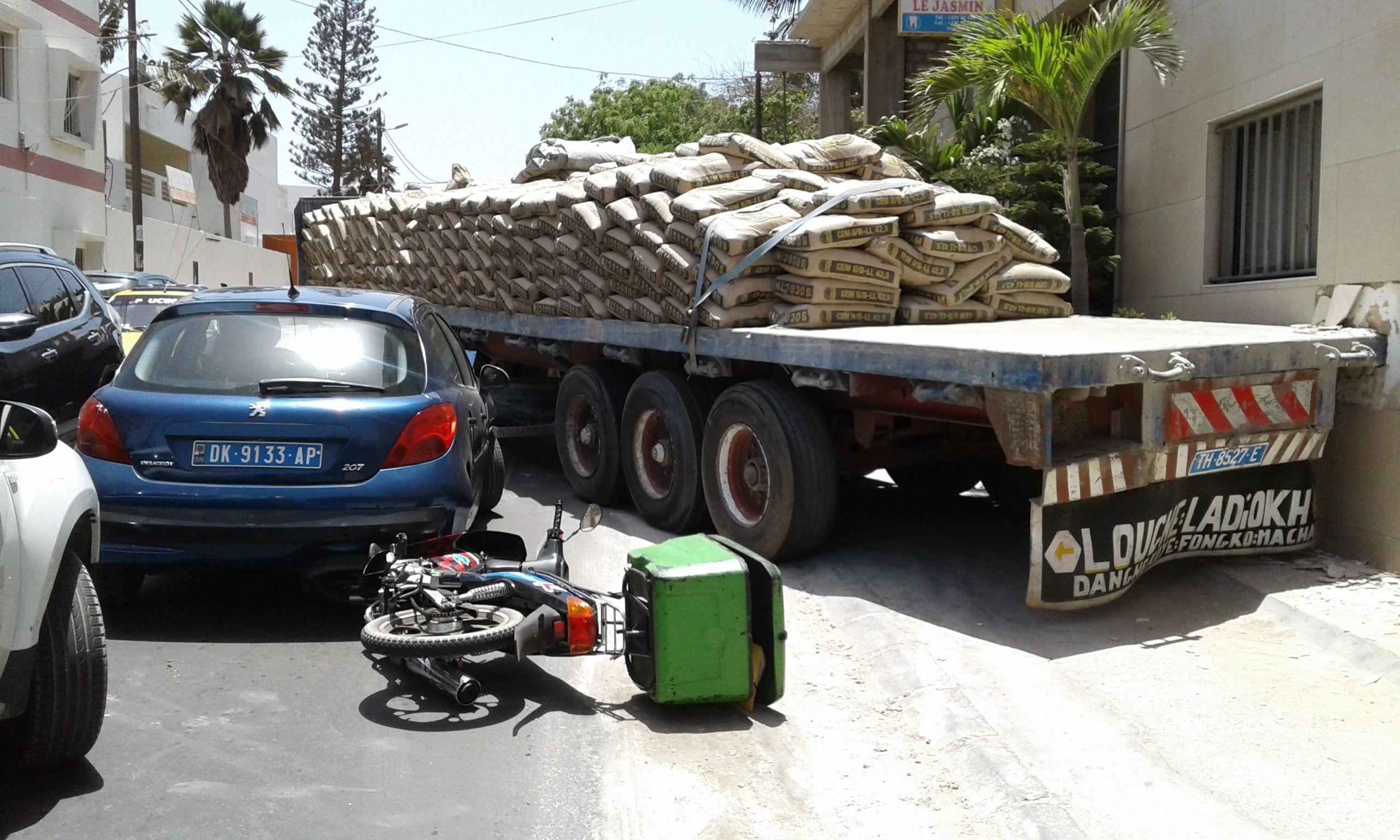 Camion sans frein: le pire évité de justesse à Mermoz - Une femme et un bébé sains et saufs
