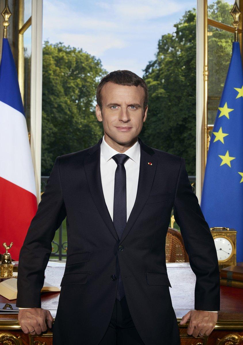 """Emmanuel Macron publie sa photo officielle et devient la risée des """"photomonteurs"""" dans le Web"""