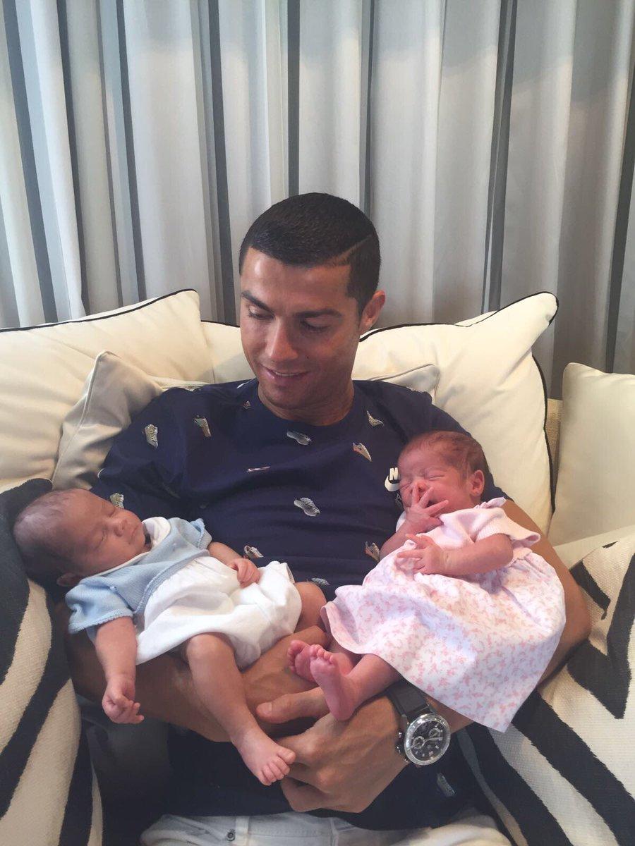 Cristiano Ronaldo présente ses jumeaux