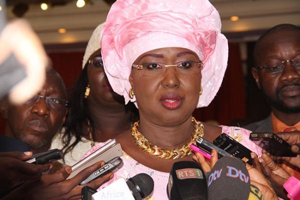 """Maimouna Ndoye Seck, ministre des Transports aériens : """"L'avion des président Wade devrait atterrir à 13 heures"""""""