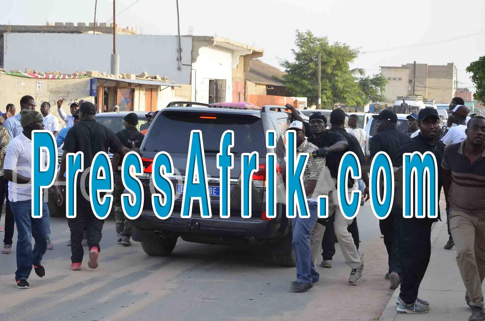 Violence électorale à Rufisque : Le garde du corps du ministre Oumar Gueye dégaine un pistolet à visage découvert et...( @IbraGuindo)