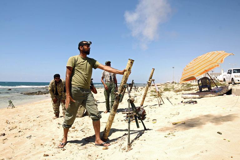 Les deux hommes forts de Libye se rencontrent en France Faïez Sarraj, le chef du gouvernement, et le maréchal Haftar, maître de la Cyrénaïque, sont prêts à signer une déclaration commune à La Celle-Saint-Cloud.