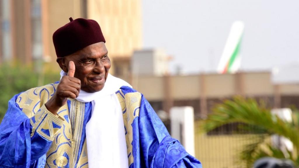 Législatives 2017:  Me Abdoulaye Wade vient de retirer sa carte d'électeur