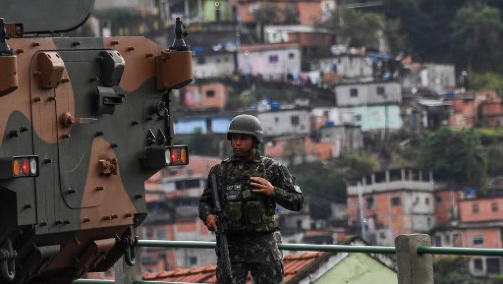 Brésil: vaste opération contre des bandes armées dans les favelas de Rio