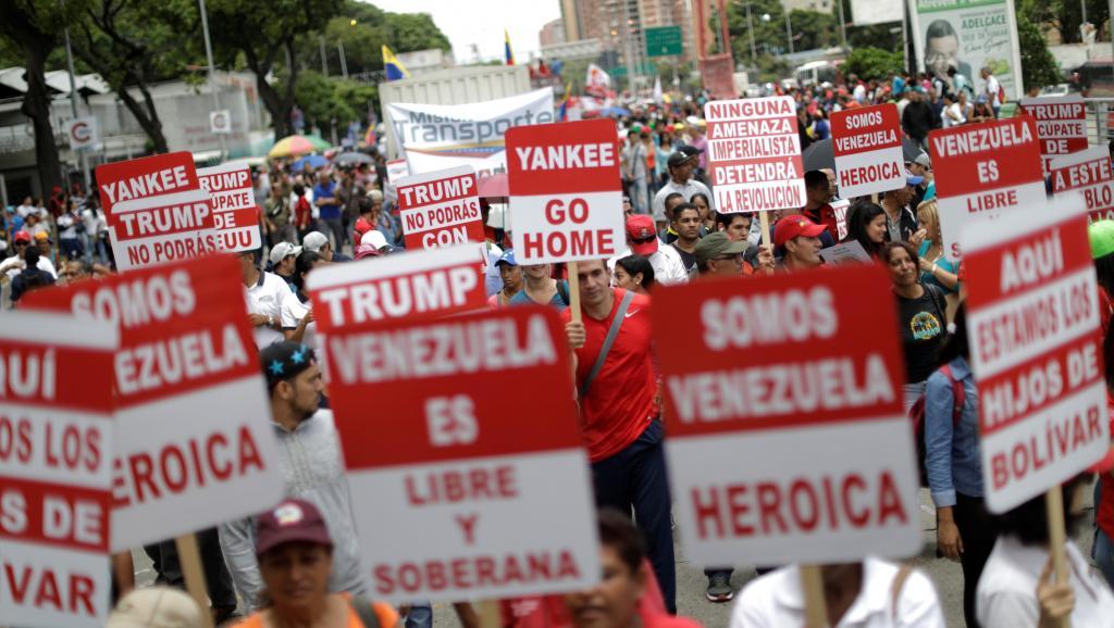 Les Vénézuéliens dans la rue pour manifester contre la menace militaire des Etats-Unis