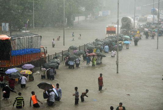 Bombay paralysée par les pluies diluviennes de la mousson