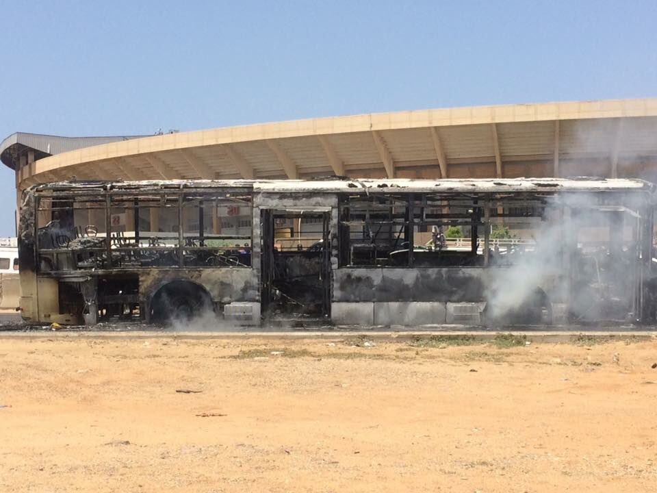 Un bus Dakar Dem Dikk complètement calciné devant le stade Léopold Sédar Senghor
