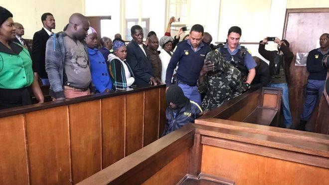  Afrique du Sud: deux Sud-Africains condamnés à de la prison pour avoir enfermé un Noir dans un cercueil (tribunal)