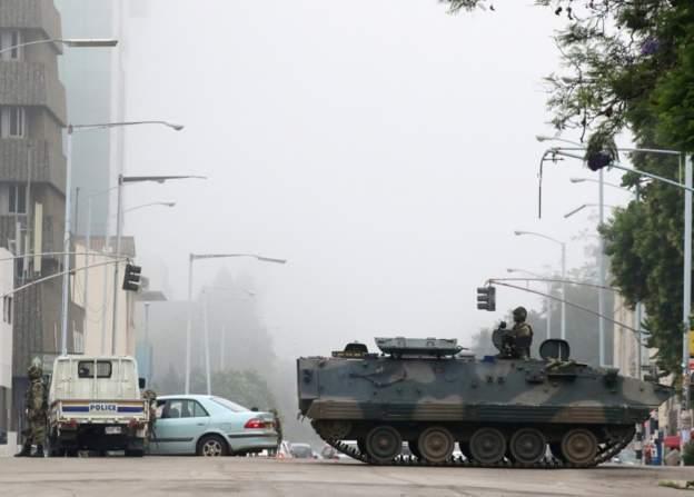 """Mugabe """"entre les mains"""" de l'armée"""