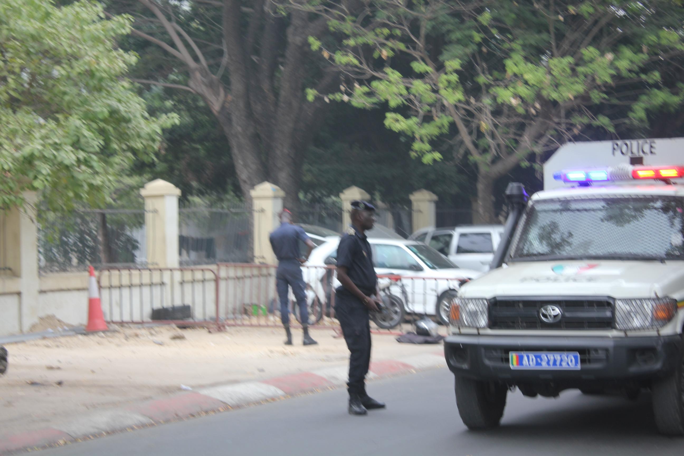 Assemblée nationale : 3 pick up de la police veillent déjà au grain