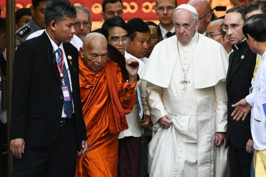 """En voyage en Birmanie, le Pape François exhorte les bouddhistes à dépasser """"préjugés"""" et """"haine"""""""