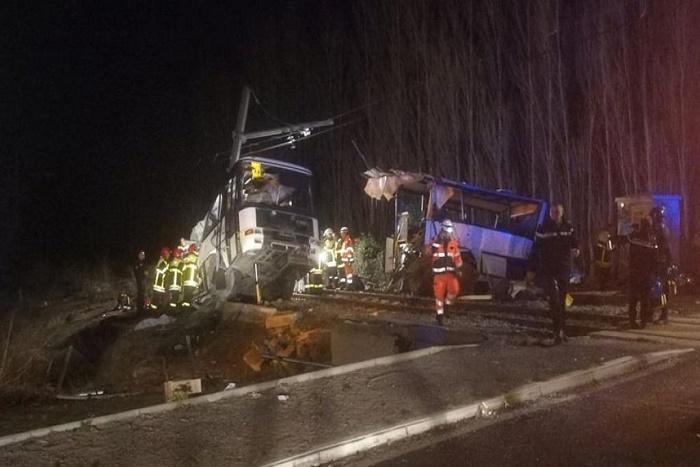France: au moins 4 enfants tués dans une collision entre un train et un bus scolaire