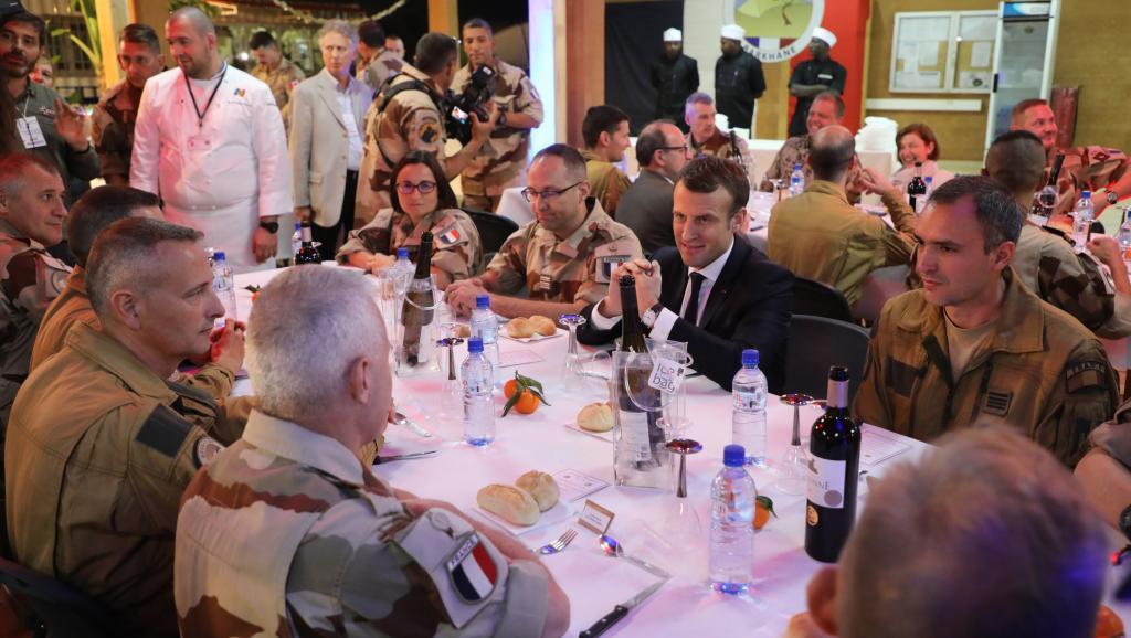 Emmanuel Macron réveillonne avec les troupes françaises au Niger