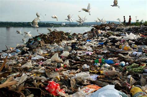 Gabon: les Librevillois excédés par les ordures qui s'entassent dans la rue