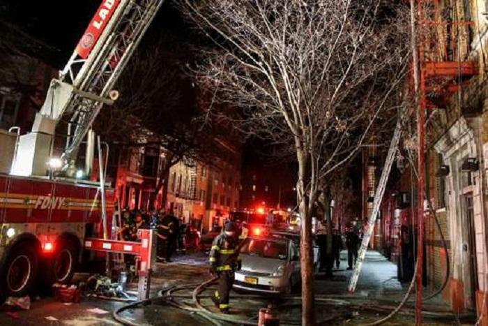Plusieurs morts dans le pire incendie qu'ait connu New York depuis des décennies