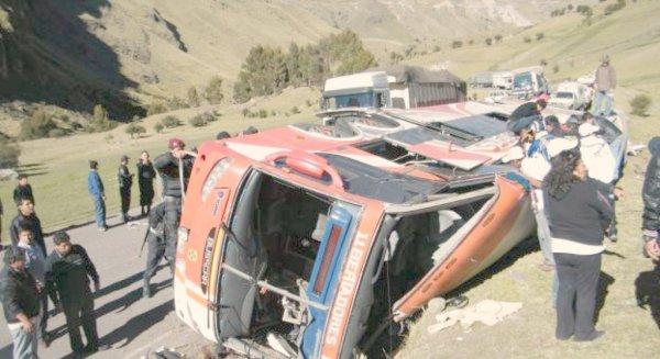Pérou: un car chute dans un ravin, au moins 25 morts (police)