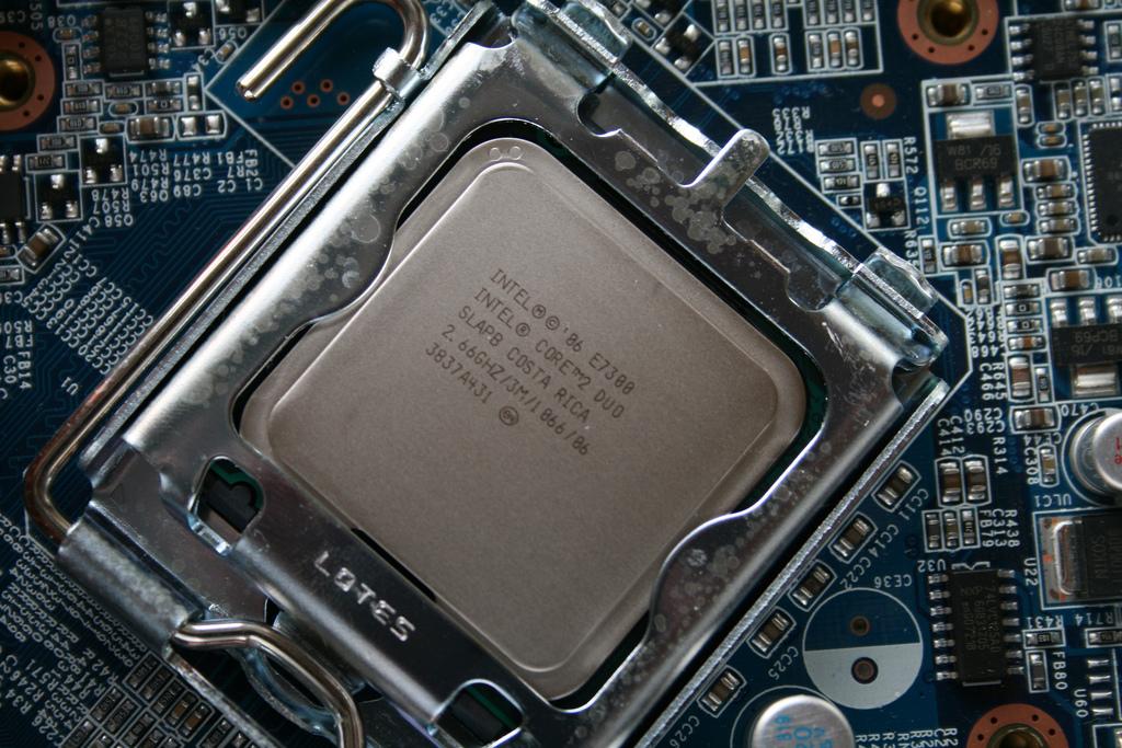Une faille sur les puces Intel crée un vent de panique mondial