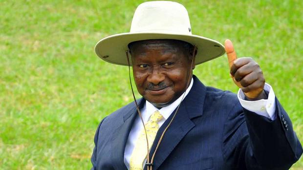 """""""Pays de merde"""" : Le Président ougandais félicite Donald Trump pour ses propos"""