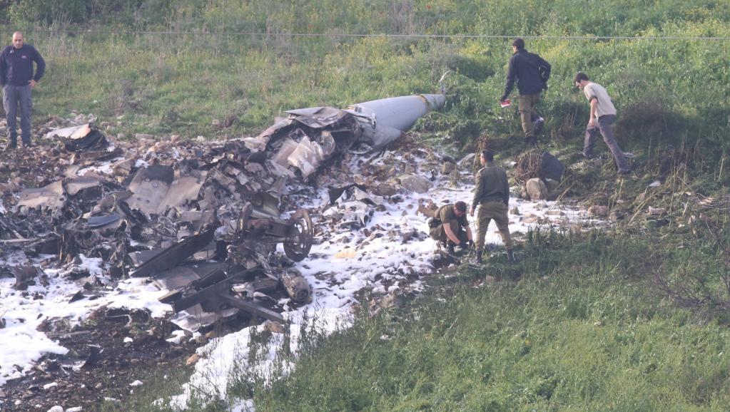 Les débris d'un chasseur-bombardier F-16 israélien, visible non loin du village de Barduf, le 10 février 2018. REUTERS