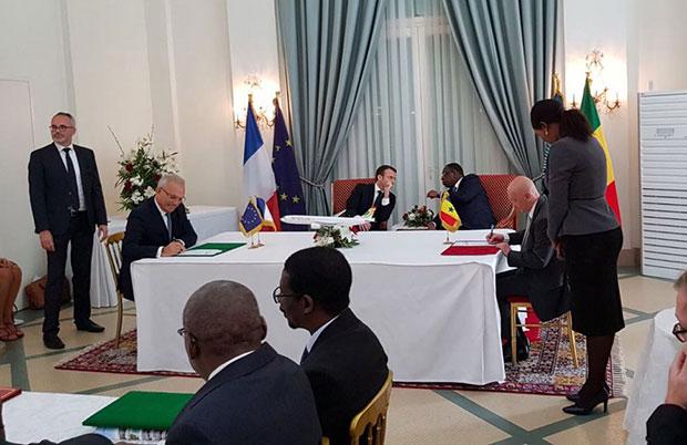 Le DG d'Air Senegal signant la commande d'Airbus A330 neo lors de la visite de Macron au Sénégal