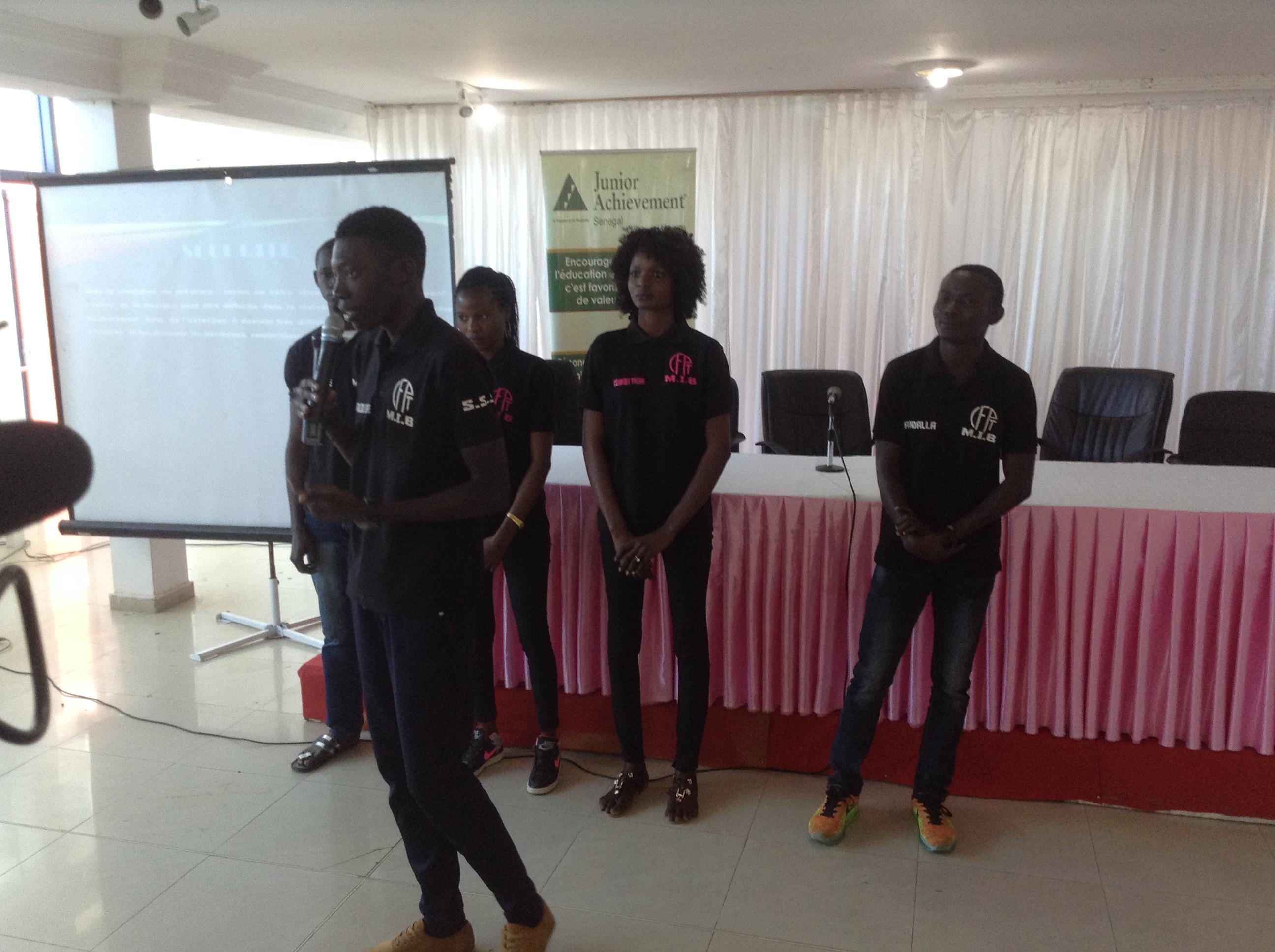 """Des étudiants du Centre Sénégal-Japon présentant leur projet d'entreprise au programme """"Mini Entreprise"""""""